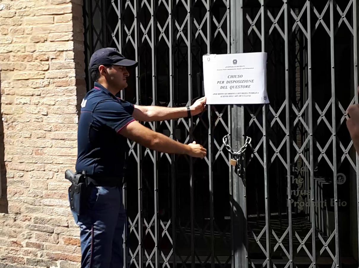 La Polizia chiude il negozio di Macerata